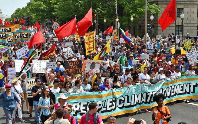 トランプ政権による環境への攻撃に反対し、何万人もがワシントンD.C.でのピープルズ・クライメート・マーチに参加。 Photo: ASTRID RIECKEN