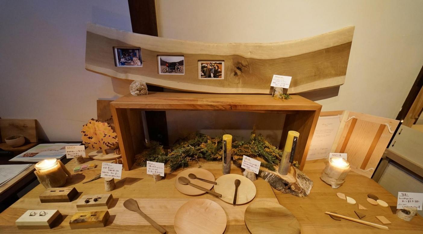 飛騨市有林から伐採された広葉樹を使ったブライダルギフト。伐採・製材・乾燥を 経て作品になるまでには最低1年以上を要する。 Photo: Hida municipal office