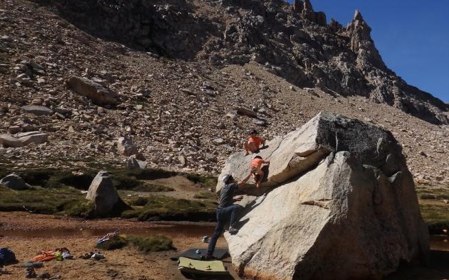 川遊び、ときどき岩登り。より深く自然を感じるためか?体に身に付けるものを極力排除するのが彼らの流儀らしい。写真:横山勝丘