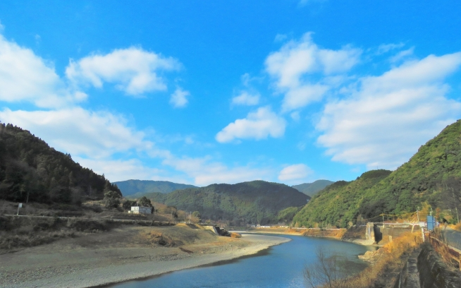 ダムが撤去されたあと、淵や瀬が戻って、「川」の表情を取り戻した球磨川。そこにダムがあったことなど想像がつかない。全写真:つる詳子