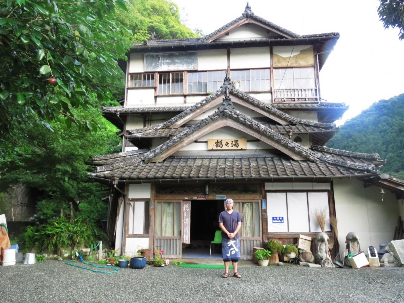 貴重な木造三階建ての旅館、鶴の湯。目の前の球磨川で取れる天然鮎は旅館の自慢の一品にもなっている
