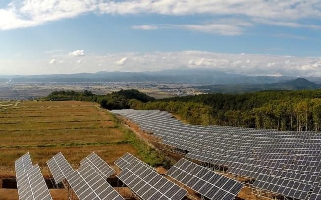 会津電力・雄国太陽光発電所で発電した電気は、「再生可能エネルギー電気特定卸供給」という形で、㈱生活クラブエナジーを通じて、生活クラブ生協の組合員の方へ提供。会津地域初のこのメガソーラー発電所のための土地は、岩月地域の地権者会の皆様からお借りしている。写真 : 会津電力株式会社