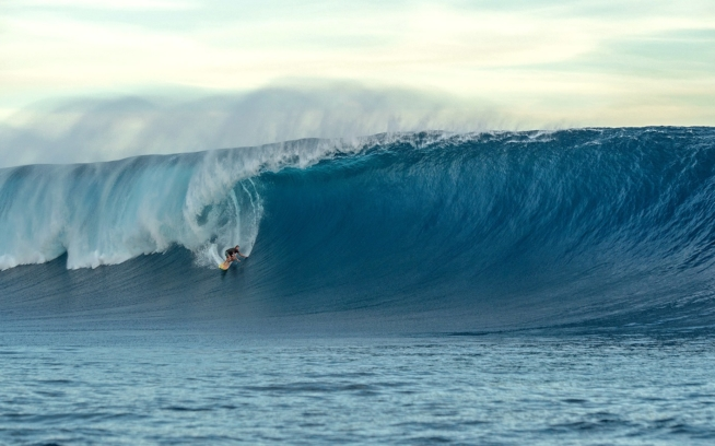 あのスウェルが来る前兆の波に挑むコール・クリステンセン。 Photo: Daniel Russo