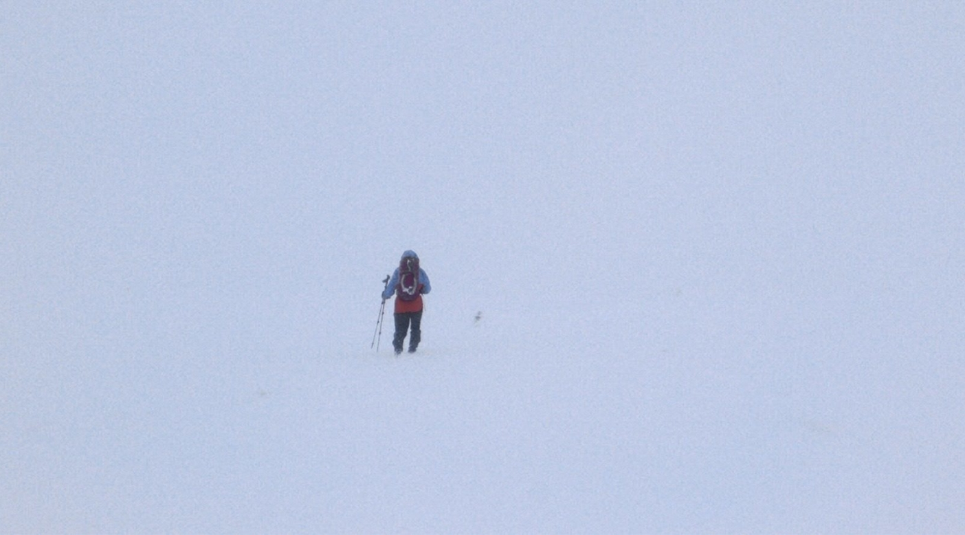 ケアン・ゴーム山頂の岩に向かって進むサイモン。 Photo: Kelly Cordes