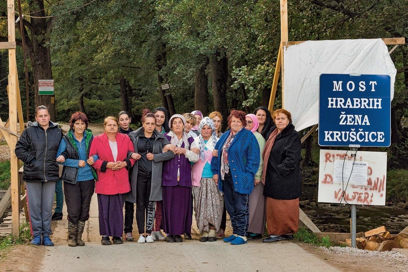 2017 年8 月3 日以来、彼女たちが拠点として抗議運動をつづけている「クルシュチツァ川の 勇敢な女性たちの橋」にて。Photo: Andrew Burr