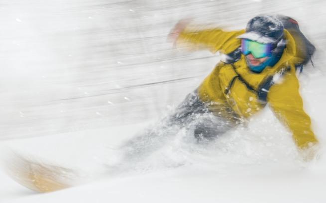雪のスウェルでサーフィンをするアレックス・ヨーダー。北海道 Photo: GARRETT GROVE