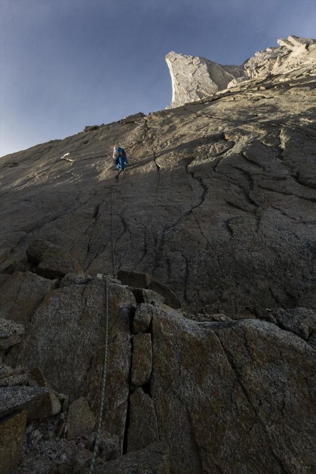 ティト・カラスコ北壁1ピッチ目を登る。写真:佐藤正純