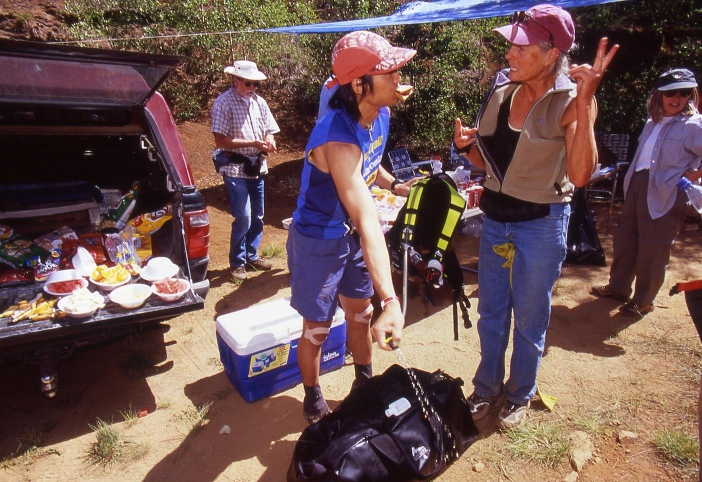 アメリカの100マイルレース「Hard Rock Endurance Run」でコースの情報をスタッフに聞く(2004年)。アメリカのレースをラウンドしてきた経験が国内のレース運用に活かされている。