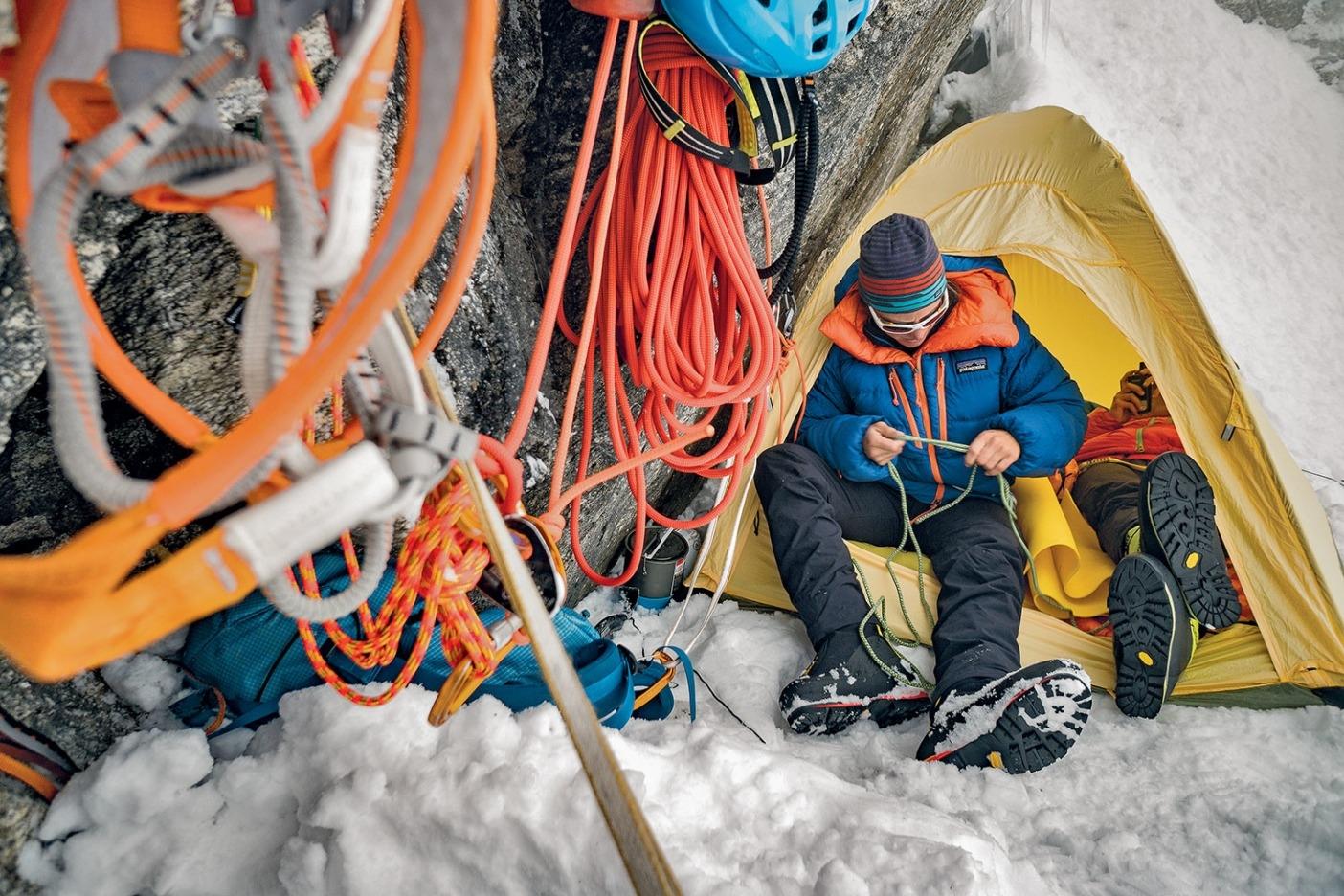 初日に12時間登りつづけたあとに見つけたビバーク地。平らな場所を掘り出すには時間がかかったが、かなりイイ感じに仕上がった。まだ日の光があったのでしばしの休憩を楽しみ、 天候をチェックしながら落ち着いた。このような大登攀ではめずらしい瞬間。Photo: JASON THOMPSON