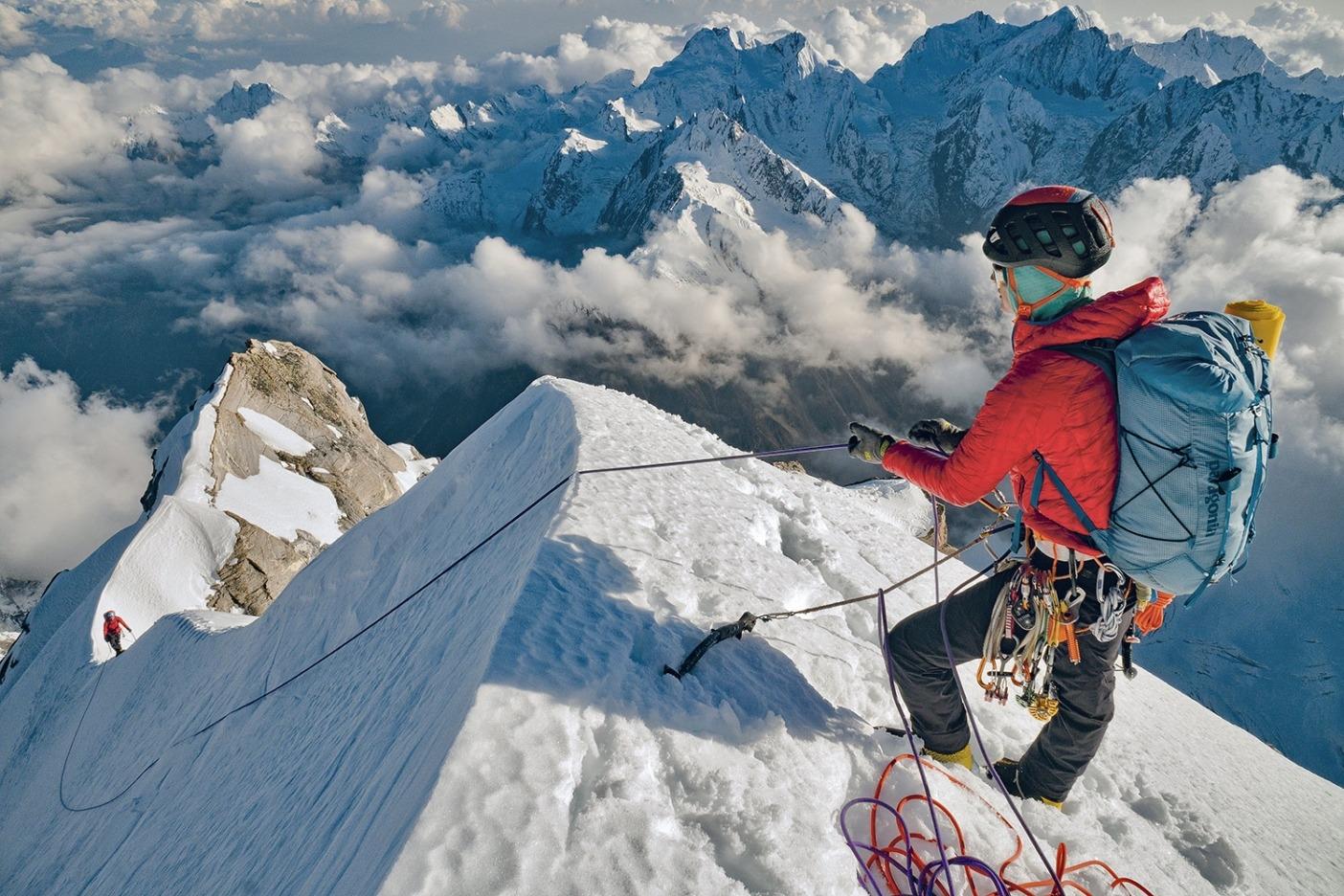 翌日登頂できるということを実感した瞬間。核心のピッチを登り終え、容易なセクションで私がシャンテルのロープをたぐり寄せていると、陽光が薄れはじめた。ひどい吹きさらしの尾根にビバークする場所を作らなければならなかったけど、興奮していた私たちにはまったく気にならなかった。Photo: JASON THOMPSON