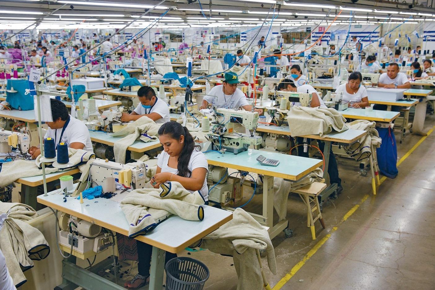 パタゴニアのフリースが製造されているフェアトレード認証工場ホング・ホーで働く人たち。メキシコ、バヤドリド。Photo: Keri Oberly