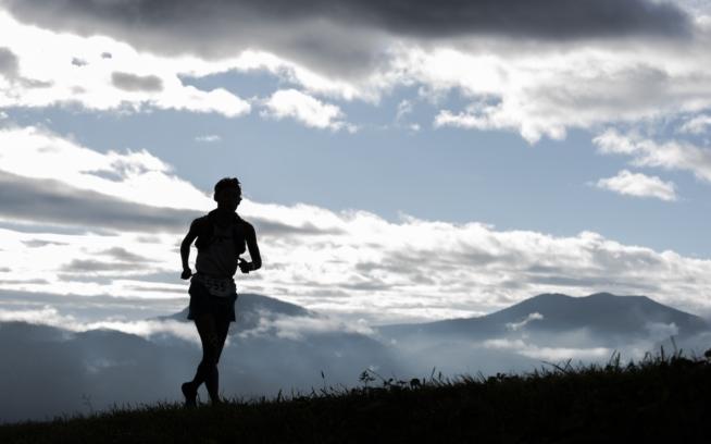 多くの選手にとっては日の出と日の入りの中を走ることになる。