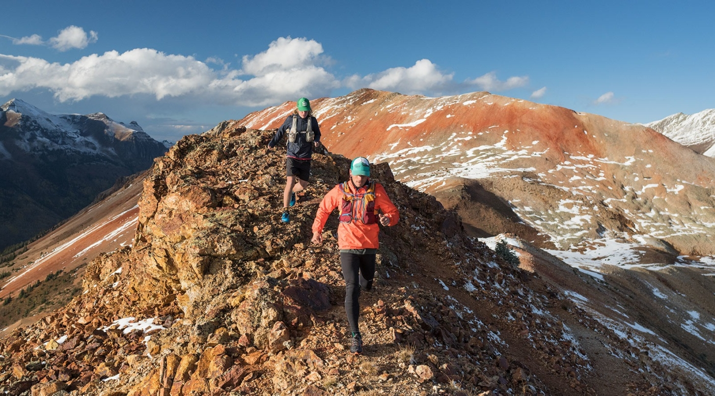 標高の高い地形をお父さんと一緒に駆け抜けるブレイズ。 Photo: Steven Gnam