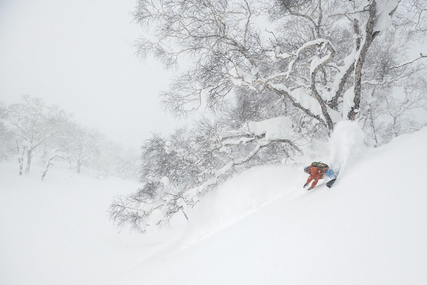 羊蹄山の山麓で自然のクォーターパイプを利用する玉井。北海道 Photo:  Garrett Grove