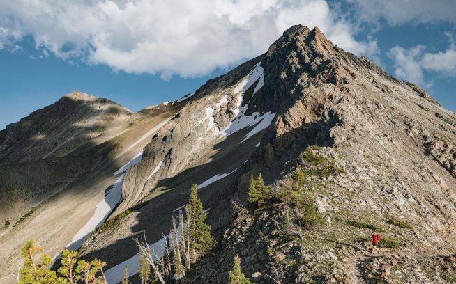 原生地域の中には他より野生的な場所もある。アメリカ合衆国森林局によると「ザ・ボブ」はアラスカを除く国内で、グリズリーベアが最も密集して生息する地域であり、オオカミやマウンテンライオン、その他の大型哺乳類の生息地でもある。徒歩か馬でしか旅することのできない、人里離れたその3,000 キロメートル近いトレイルの一部を走る人は、そうした事実に思わず足取りが弾むかもしれない。モンタナ州ボブ・マーシャル原生地域  Photo: Steven Gnam