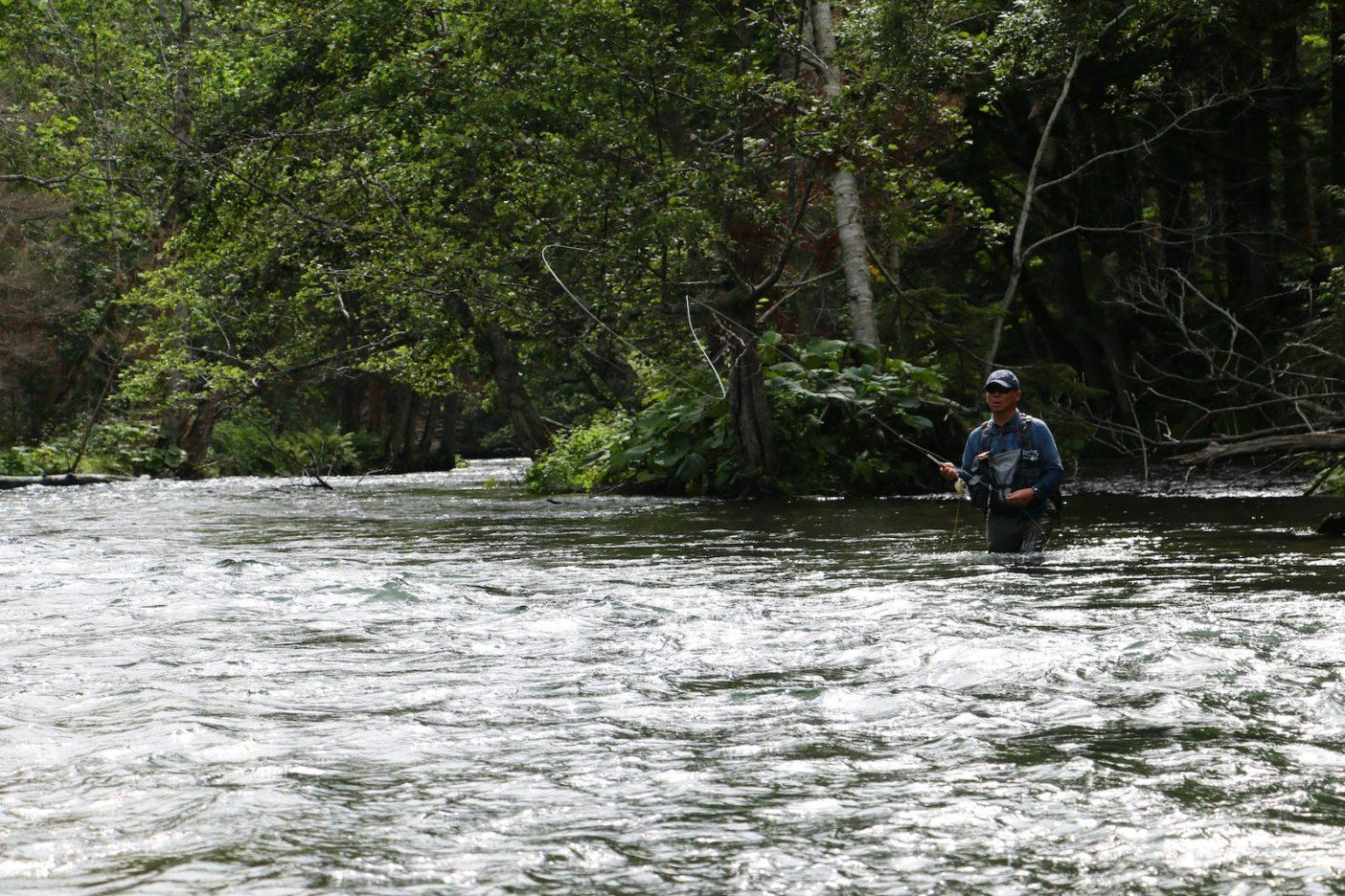 降雨からの増水でタフなコンディションだったが、道東の自然の中で釣りができるだけでも幸せ。 写真:佐々木大