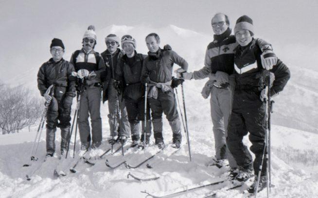 「アンビリーバブル・パウダースノー,ベター・ザン・コロラド!」 1986年2月、イヴォンが感動したニセコモイワ山頂にて 左から金井 哲夫、山本 由起夫、新谷 暁生、坂下 直枝、イヴォン・シュイナード、ポール・パーカー、辰野 勇。 写真:阿部 幹雄