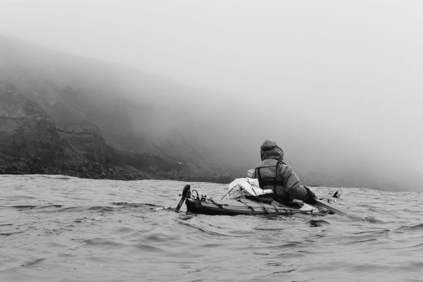 悪天候に苦しめられた2018のアリューシャン遠征。ウナラスカ島沿岸を漕ぐ新谷暁生  写真・岩本和晃