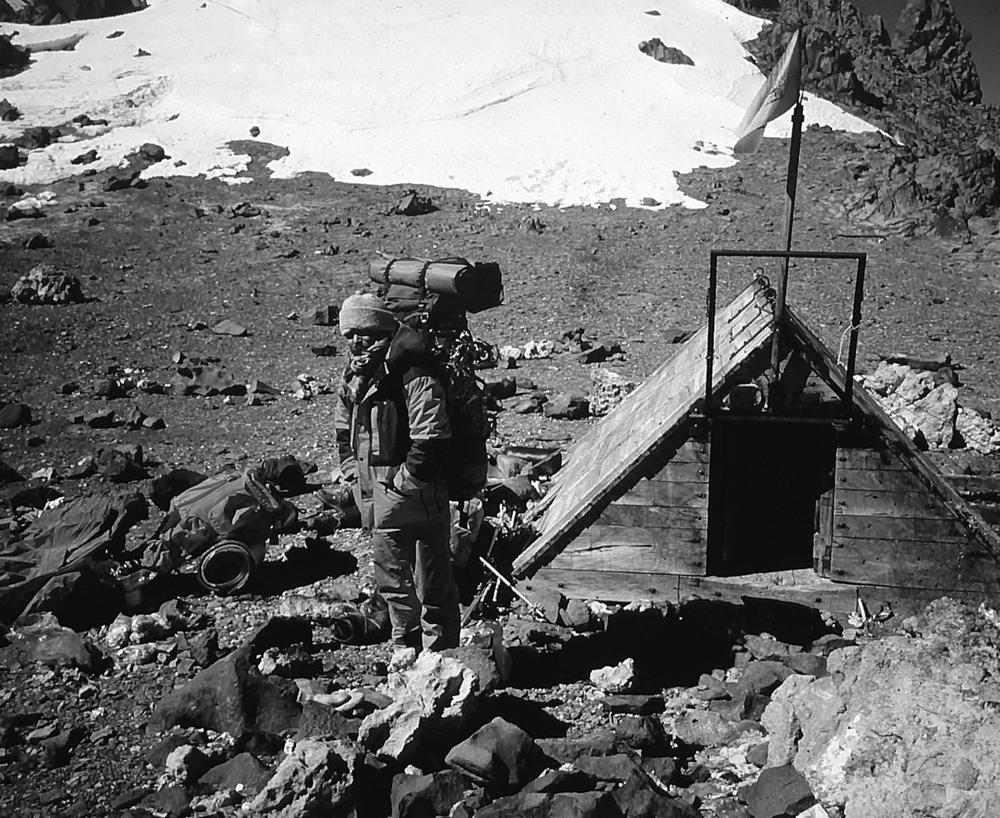 南アメリカ、アコンカグア峰(6,962メートル)。三浦雄一郎登山隊サポートリーダーとして荷揚げする新谷暁生。