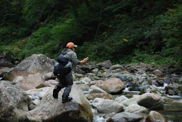 国内の渓流でスティッキーラバーを試す。慣れれば濡れた岩でも十分なグリップを得られるが、付属のスタッズを打つことでほとんどの心配は解消される。