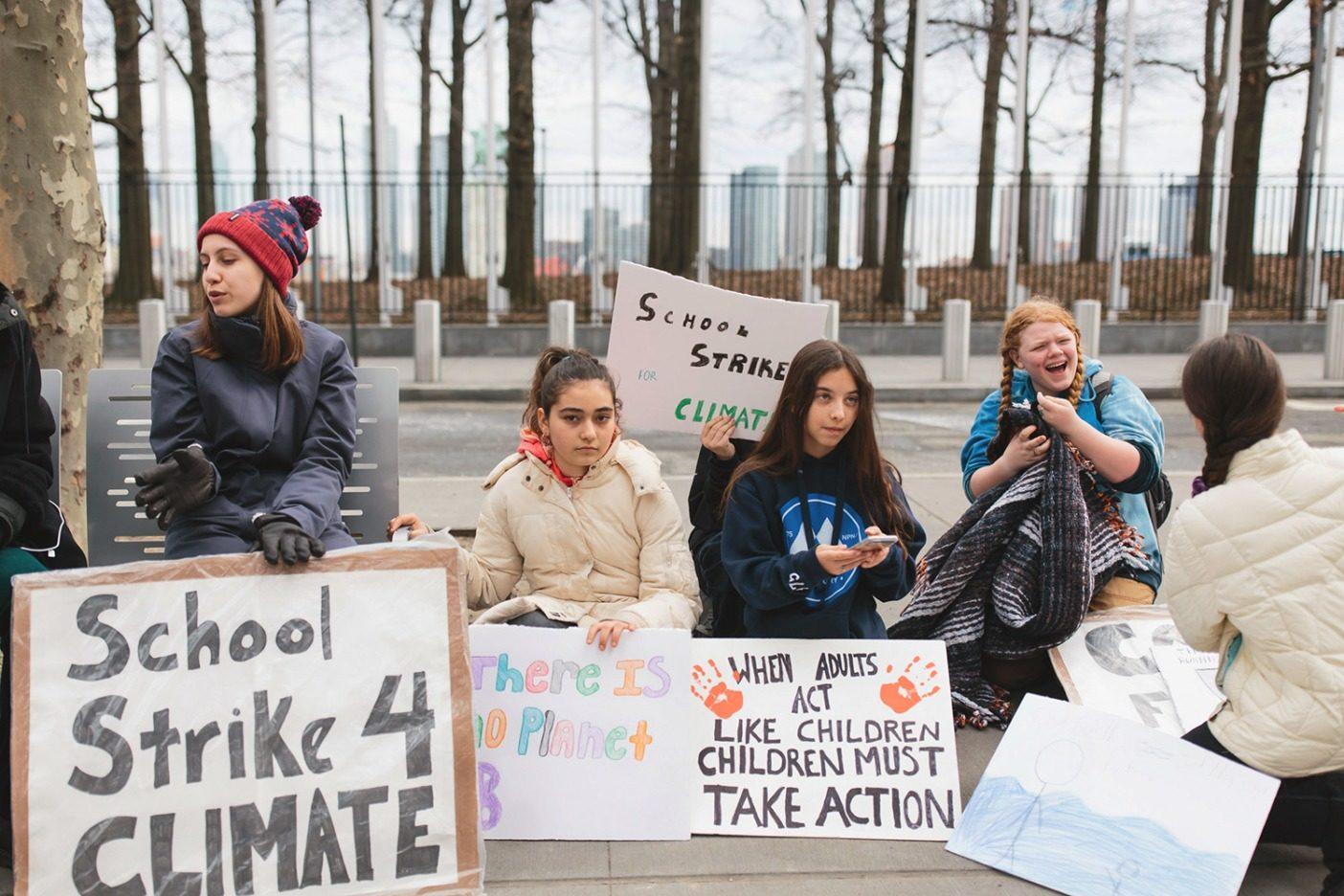 アレクサンドリアに加わり、金曜日のストライキに参加するニューヨーク市の他の学校の生徒エラ、アヤ、マリア、ケイト、クレオ。「クラスメートの多くが気候変動について理解しておらず、それはまた私がストライキをする理由でもあります。でもアメリカ全国の他の街の他の学校から多くの支持を得ています」とアレクサンドリアは言う。Photo: Joel Caldwell
