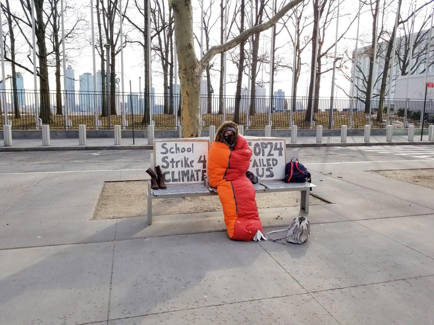 クライメート・ストライキ第8週目のアレクサンドリア。「ニューヨーク市の極渦の中での@UN #ClimateStrikeの第8週目。このために1週間ずっと準備をしながら、異常気象に対応するために違った生き方をしなければならなくなることを実感。いま人びとは死んでいます。すぐに行動を起こさねばなりません。#ActOnClimate! @GretaThunberg @350 #FridaysForFuture」Photo: Kristin Hogue