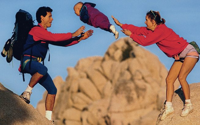 パパのところへおいで。タートル・ロックでママのシェリーに後押ししてもらうジョーダン・リーズ。カリフォルニア州ジョシュア・ツリー国立公園(1995年)Photo: GregEpperson