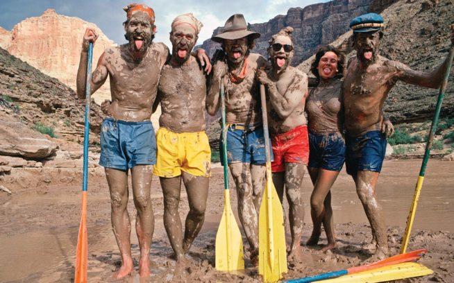 1984年のカタログでは、ジュリー・ガルトンとその仲間たちがカラフルなバギーズをはいて、コロラド・リバーのそばで泥まみれになっている姿を披露した。 Photo: Chris Brown