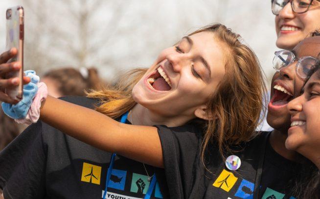オンライン・リサーチで気候変動について学び、志を同じくする全国何万人もの若者たちをソーシャルメディアで動員した米国ユース・クライメート・ストライキの主催者にとって、スマートフォンとソーシャルメディアは有益だった。左から右:マディ・ファーナンズ(15歳)、イスラ・ハーシ(16歳)、カーラ・ステファン(14歳)と(右上)ナディア・ナザー(16歳)はすべてワシントンD.C.のストライキの主催者。Photo: Matt Eich