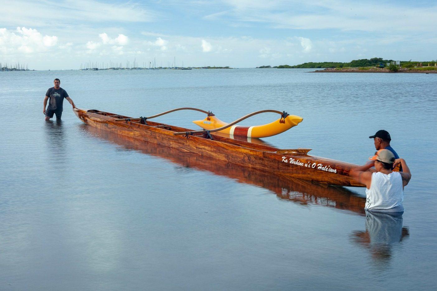 ケエヒ・ラグーンでの水位線試験中、ウイの船尾に立つベン・ウィルキンソン。ハワイ州 Photo: John Bilderback