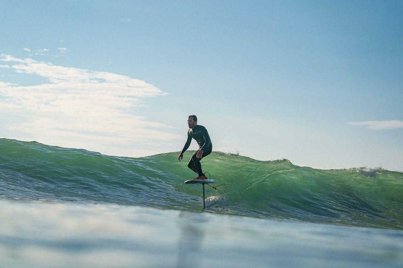シェイピングしたら、すぐサーフィン。自分の工房から数分の場所で、即座にデザインのデータを集めるフレッチャー・シュイナード。カリフォルニア州ベンチュラ郡 Photo: Scott Soens