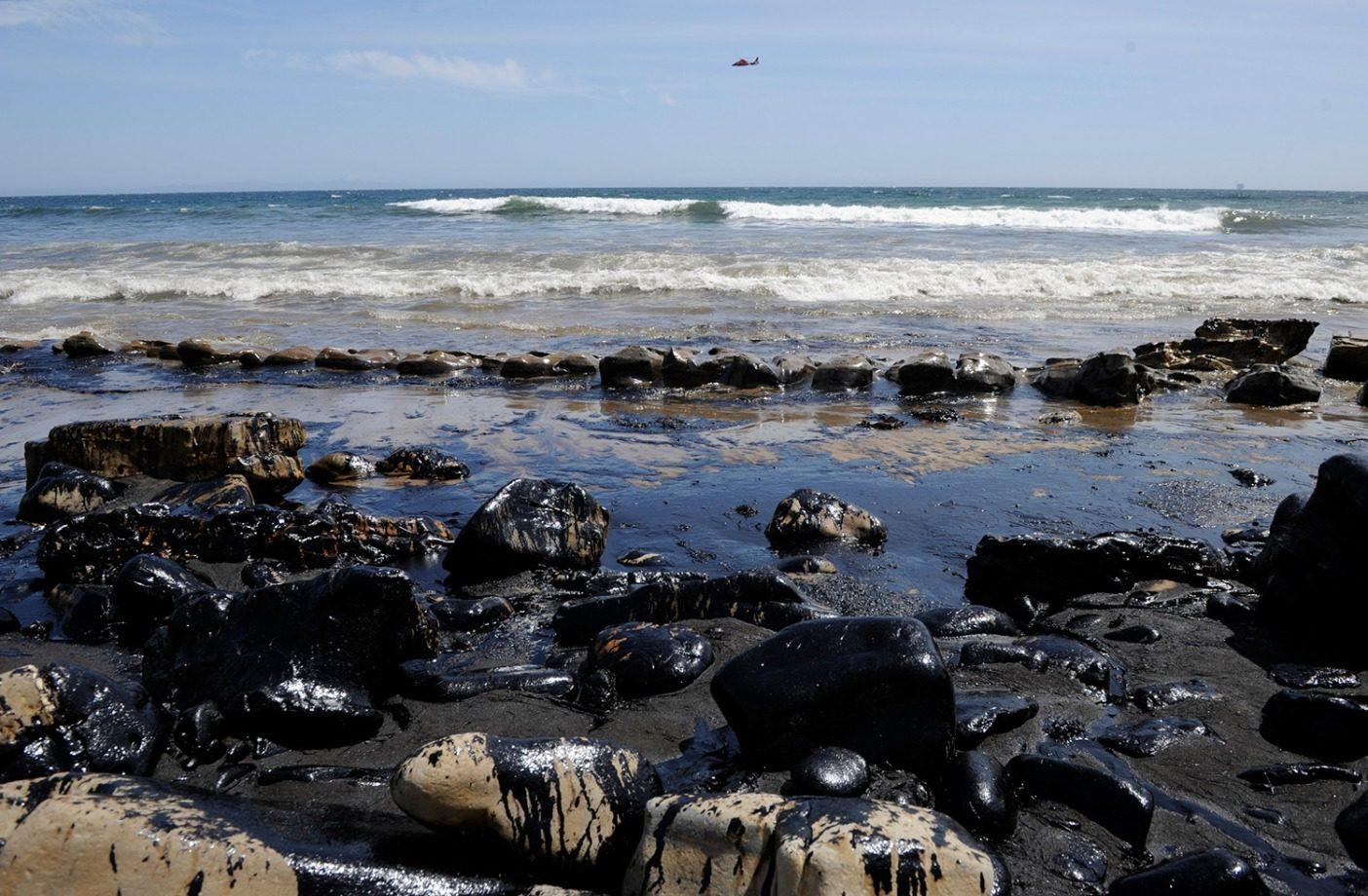 カリフォルニア州南部のレフュジオ州立ビーチの海岸線に流出した原油。2015年5月、破裂したパイプラインから53万リットルの原油が太平洋に流出したあと、ガヴィオタ海岸線の11キロに広がる油膜。何百もの鳥と海洋哺乳類が死に、商業漁業は何週間も、レフュジオ州立公園のサーフブレイクは何か月にもわたって閉鎖された。Photo: Paul Wellman