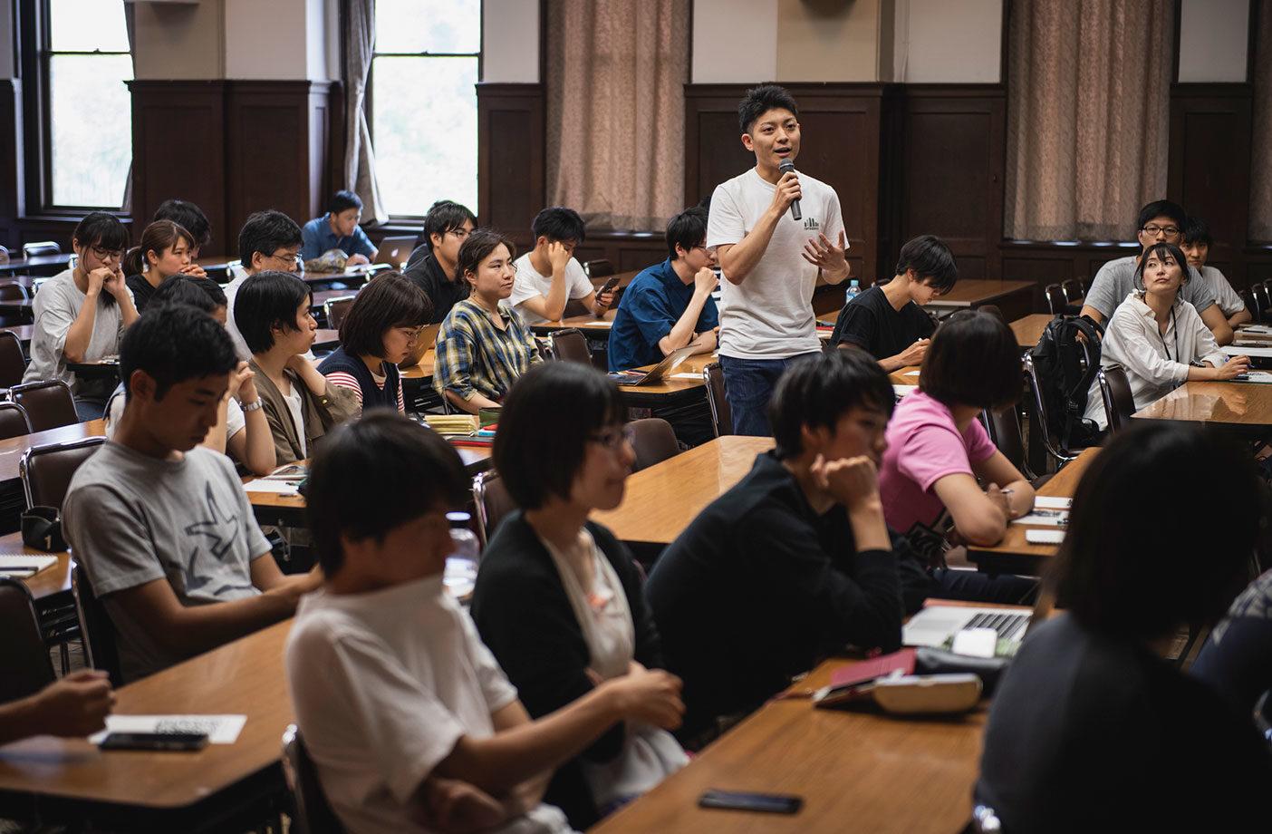 クレマー氏に積極的に質問を投げかける生徒たち Photo: Jason Halayko