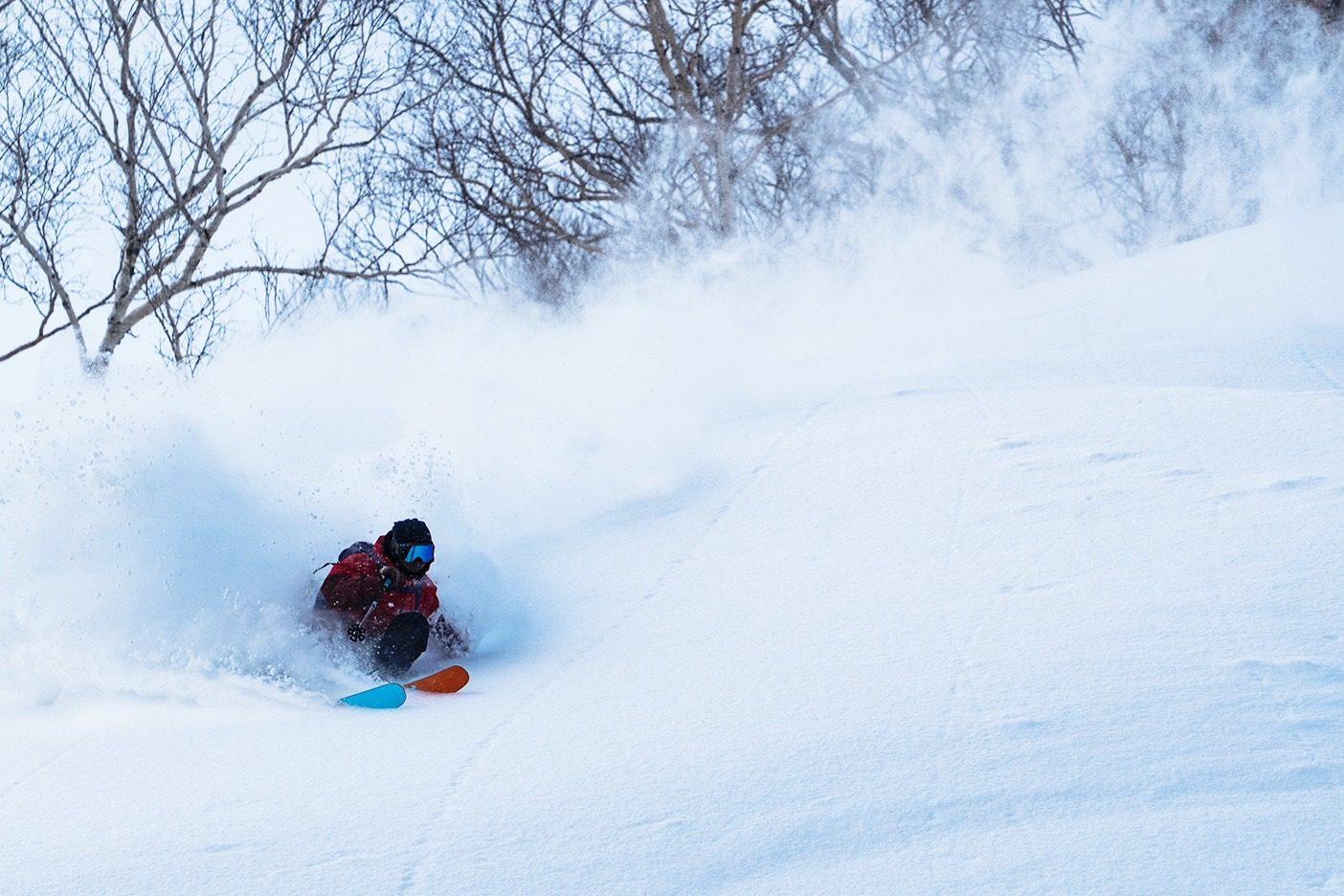 スキー・アンバサダー 古瀬 和哉、白馬にて。写真:伊藤 剛  ベースレイヤー:キャプリーン・ミッドウェイト・ジップネック  ミッドレイヤー:ナノエア・ジャケット  アウターシェル:フーディニ・ジャケット