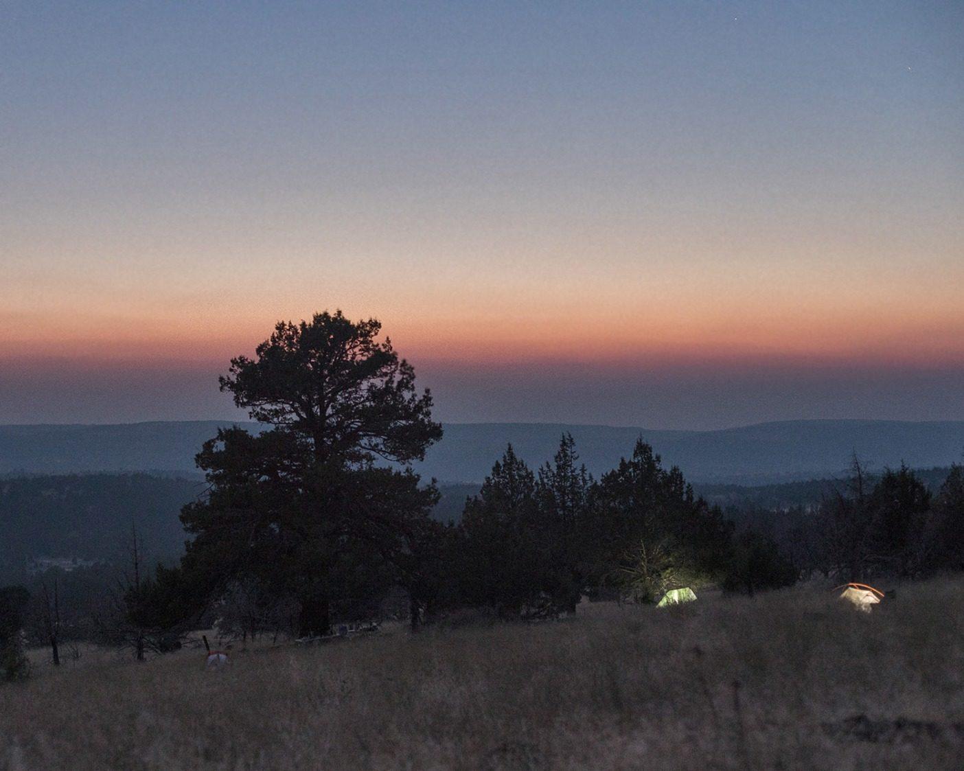 スティーンズ・マウンテン・ウィルダネスでの長い1日のあとにキャンプ。18年前、この場所はオレゴンの高地砂漠でははじめて原生地域指定を受けた場所となった。この野生の特徴を保護するため、〈ONDA〉は管理計画を固める手助けをし、工業エネルギー開発に反対し、野生動物を危険にさらすフェンスの撤去を行なってきた。Photo: Sage Brown