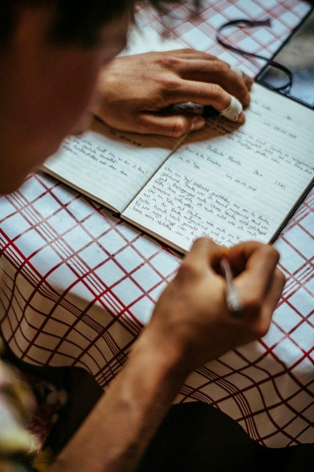 アレックスは8a以上のルートはすべて記録し、そのグレードのリストは何千にものぼる。これは「ペルフェクト・ムンド」の完登直後に、それを書き留める様子。Photo: Ken Etzel