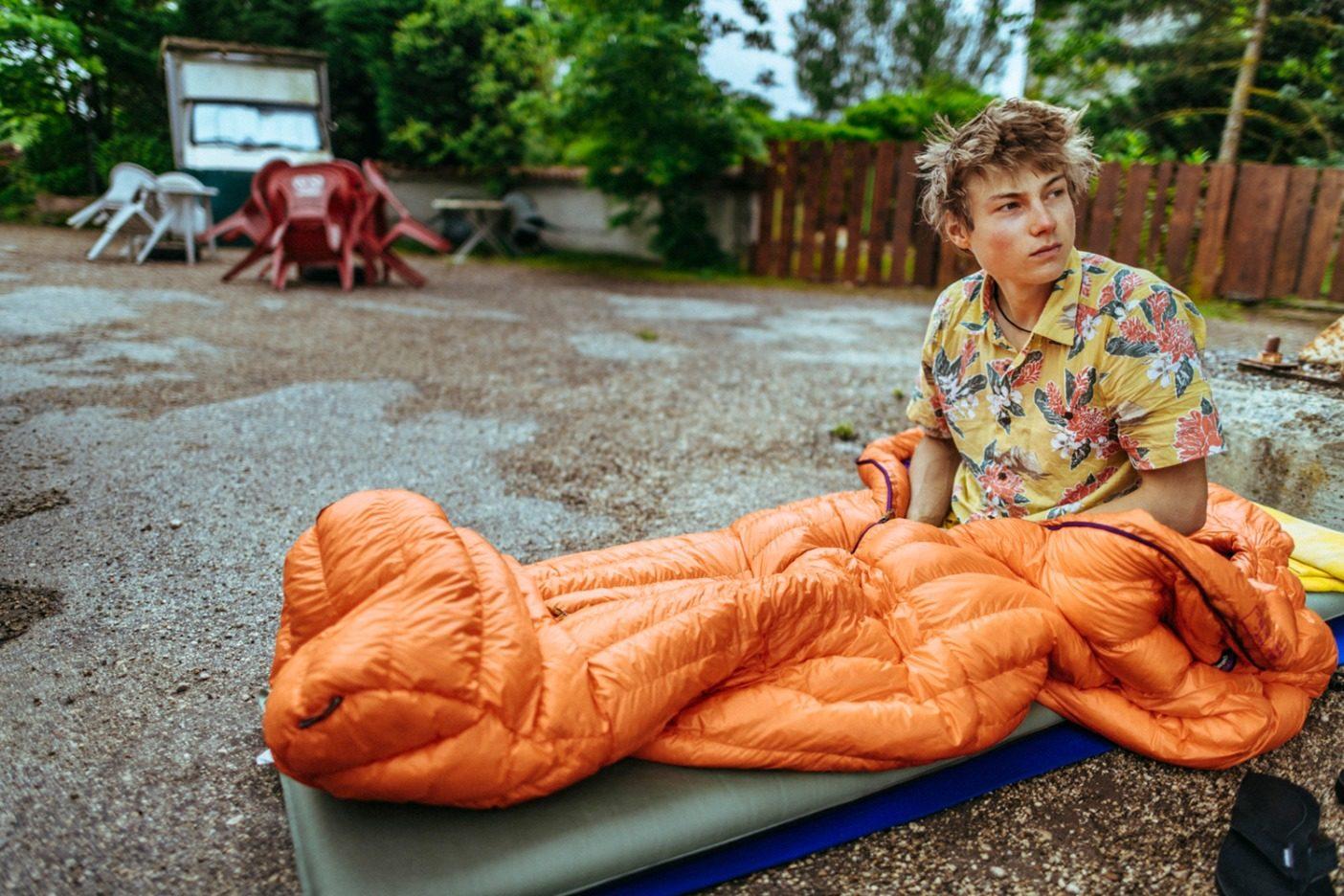 アレックスは世界最高のクライマーのひとりかもしれないが、クライミングのダートバッグ文化を称賛する姿勢は変わらない。その証拠にこれは、フランスのセユーズに向かう道中の閉まっていたガソリンスタンドで野宿し、雨に降られて目覚めた姿。Photo: Ken Etzel