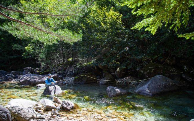 フィルム上映ツアーの合間にイワナを探す、映画『アーティフィッシャル』のプロデューサーであり、パタゴニア・フライフィッシング・アンバサダーのディラン・トミネ。長野県 写真:福本玲央