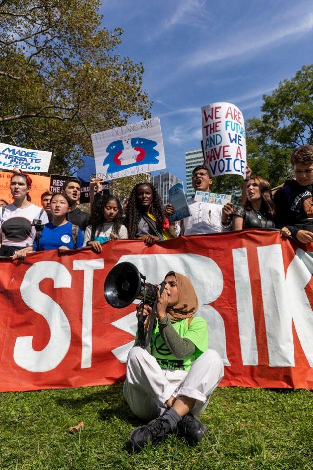 9月20日のストライキ中に抗議コールを先導するニューヨーク市の気候ストライキの主催者のアイシャ・シディカ。「脚光を浴びるためにやるのではありません。誰かに投票してほしいわけでもありません。正真正銘の変化を求めているのです」と彼女は言う。Photo: Keri Oberly