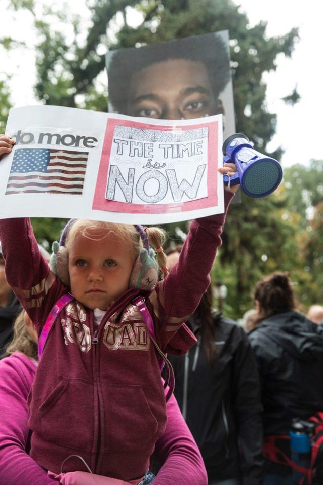 ユタ州ソルトレイク・シティでの9月20日の気候ストライキ中にプラカードを掲げる若い活動家。500人以上がイベントに参加した。Photo: Andrew Burr