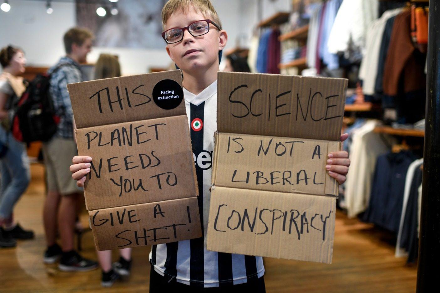 コロラド州デンバーで9月20日に開かれたパタゴニアのストアでのイベントに参加する若い活動家。気候ストライキでは推定7,500人が街頭に出た。Photo: Aaron Ontiveroz