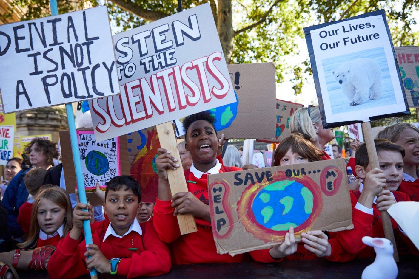 9月20日、英国ロンドンでグループを先導する若い活動家たち。およそ10万人がロンドンでのストライキに参加し、主催者は英国全体では約35万人が参加したと見積もる。Photo: Courtesy of Patagonia