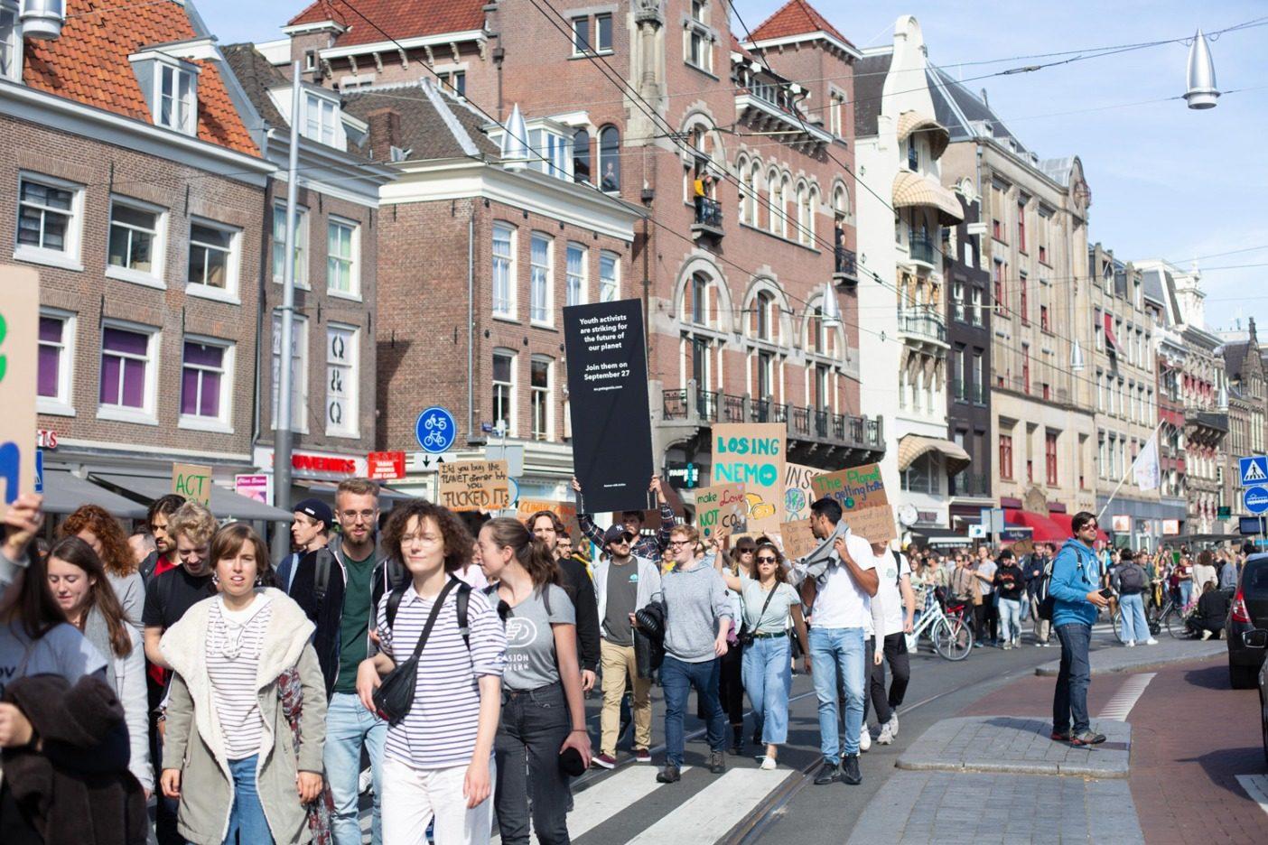 4万人以上が参加したオランダの気候ストライキでの群衆。気候ストライキの日の皮切りは、推定17万人(人口の3.5%)が街頭に出たニュージーランド。Photo: Courtesy of Patagonia