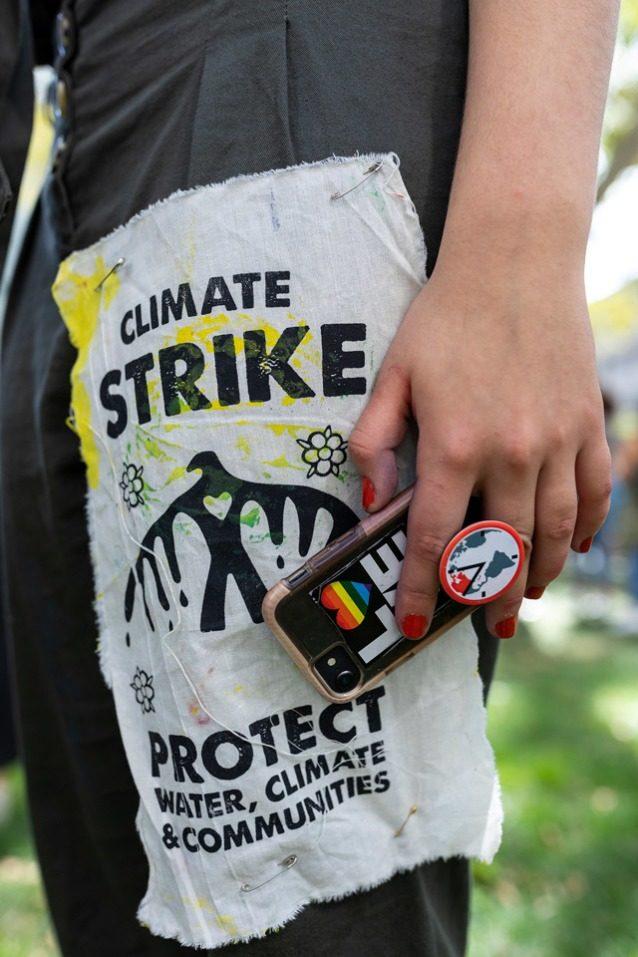 ニューヨーク市の9月20日のストライキの日、ジェイミー・マーゴリンの洋服とアクセサリーを接写。Photo: Keri Oberly
