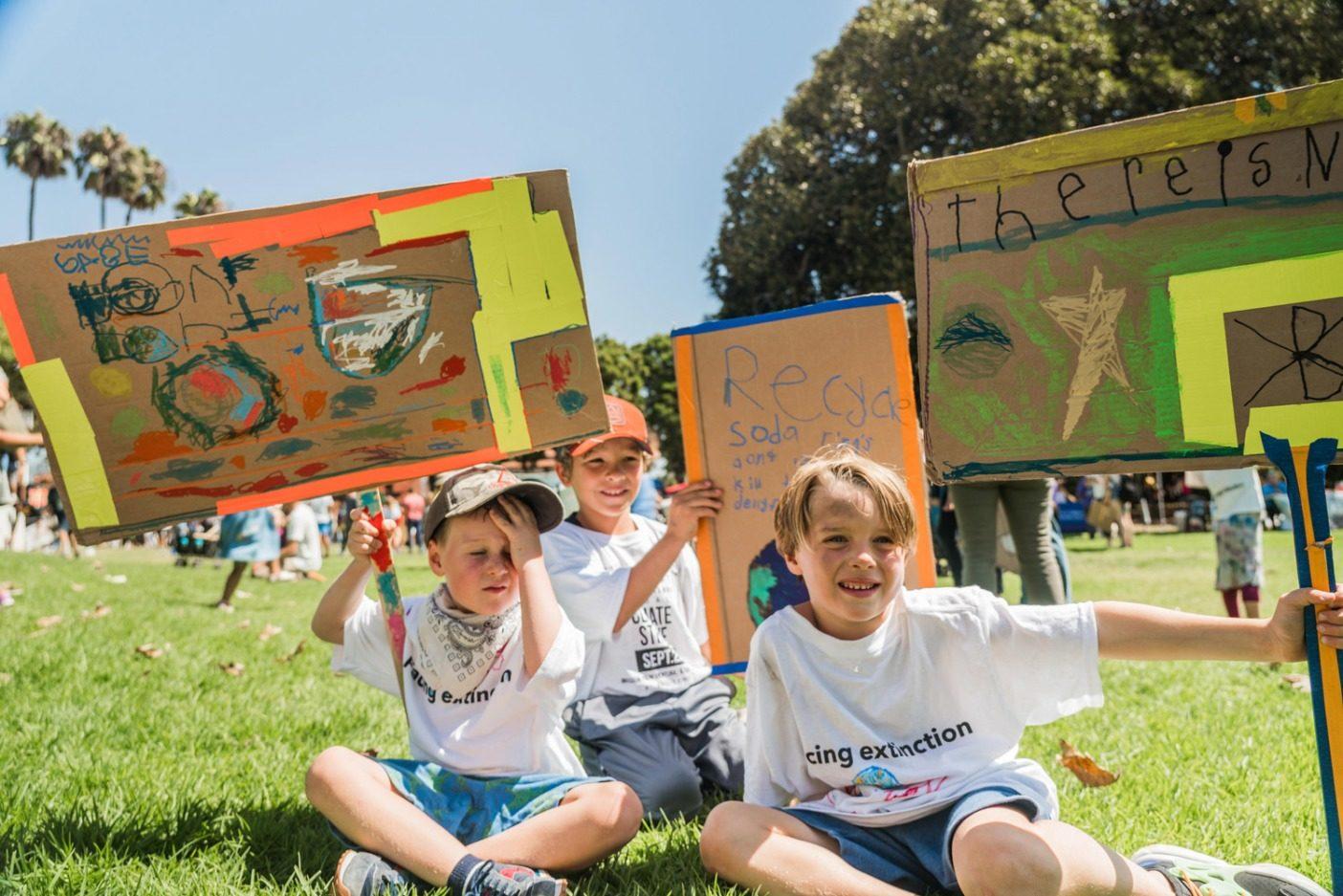 カリフォルニア州ベンチュラの若い抗議者たち。地元の気候ストライキの主催者たちはベンチュラ郡における気候緊急宣言を市議会に要求している。Photo: Colin McCarthy