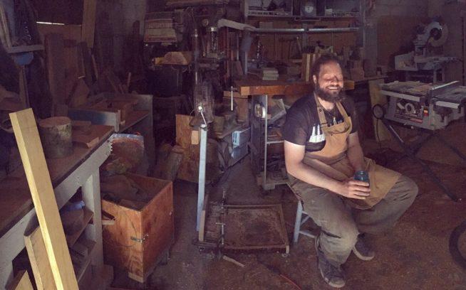「ブラインド・ウッズマン」(盲目の木こり)ことジョン・ファーニスはワシントン州ワシューガル市にある仕事場のどこに何が置いてあるかを正確に知っている。またこんな風に書かれたTシャツも所有。「はっきりしゃべってくれ。目が見えないんだから」Photo: Anni Furniss