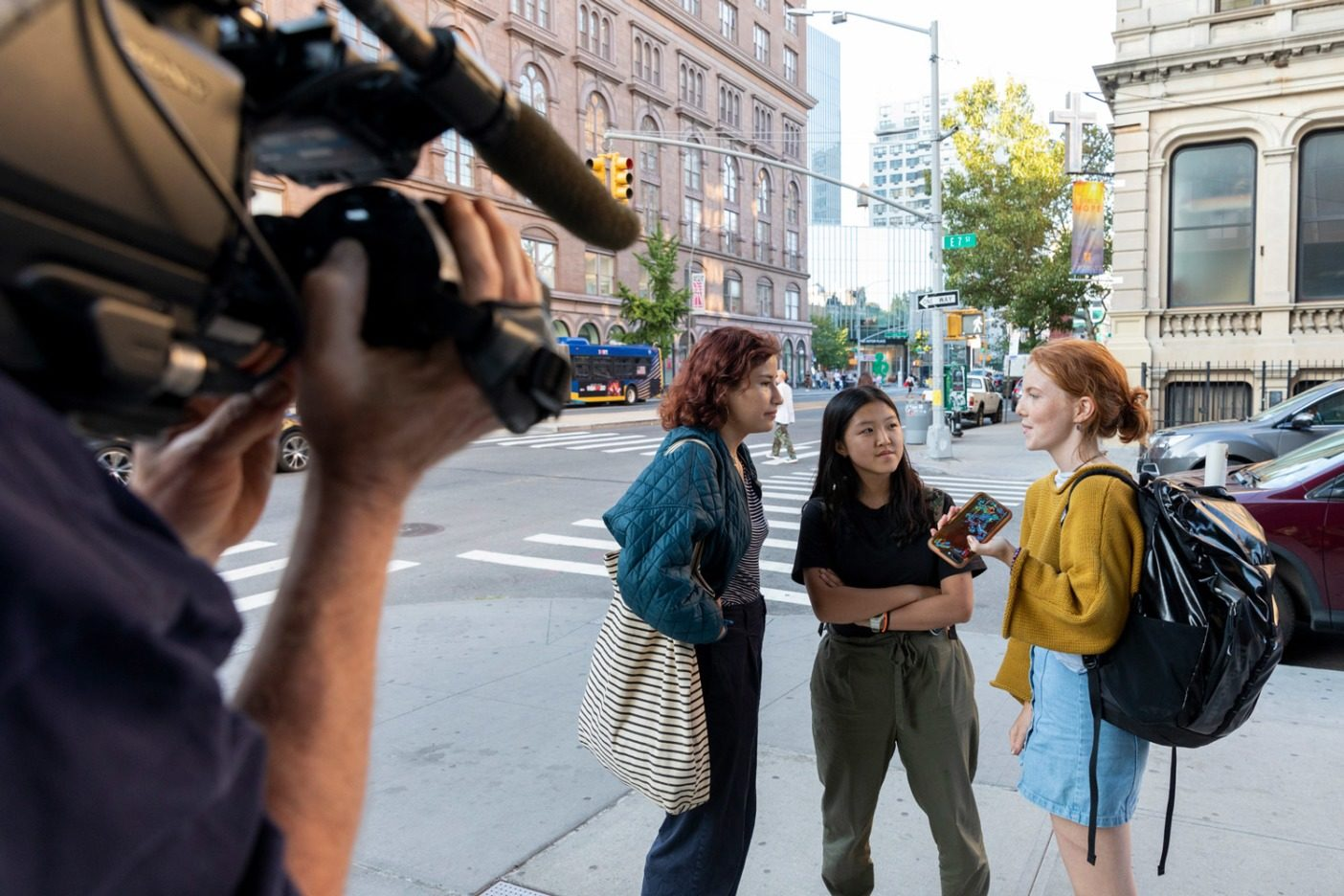 海外からの報道陣が追い掛けるなか、大イベントの前日に最終的な詳細を協議する9月20日のニューヨーク気候ストライキのコアチームの主催者のシマ・ニセンバウム(左)とアザレア・デインズ(右)、そして〈フライデーズ・フォー・フューチャー韓国〉グループのキム・ユジン。17歳のアザレアはチームの報道官であり、プレスリリース発信と報道関係者らとの対応を担当。Photo: Keri Oberly