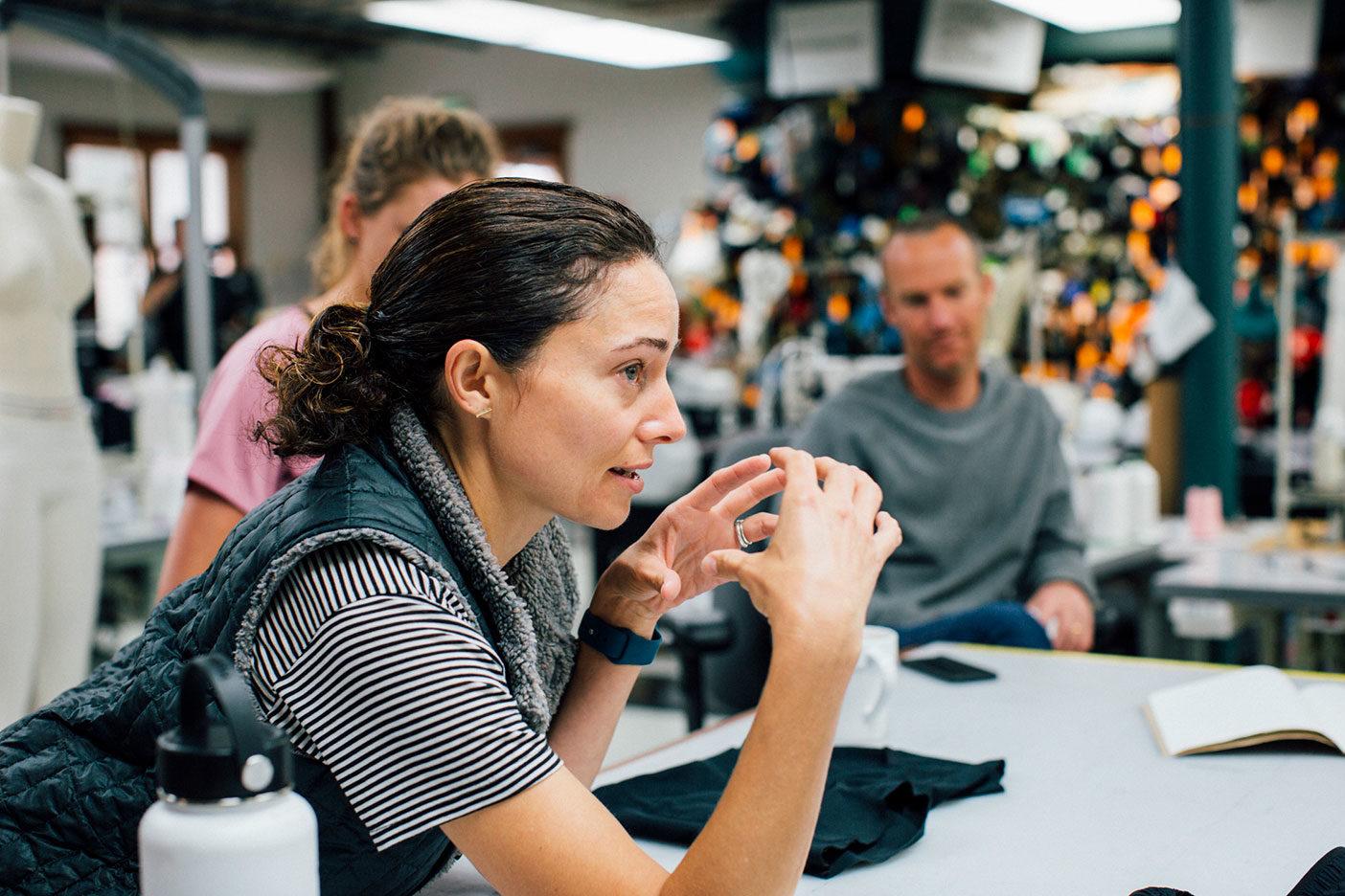 製品の開発とデザインについて論議中。Photo: KYLE SPARKS