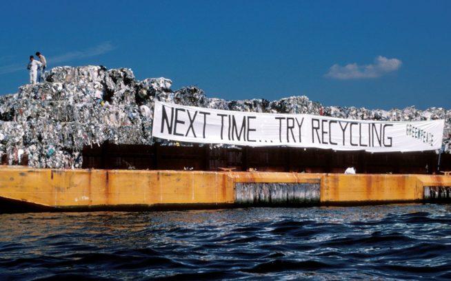 1987年、イスリップ・タウンとニューヨーク市の3,100トンのゴミを、廃棄場所を探して2か月間にわたって9,600キロ運んだ、モブロと名付けられた艀。32年後のいまもその行き先を求める大きな問題はつづく。 Photo: Dennis Capolongo