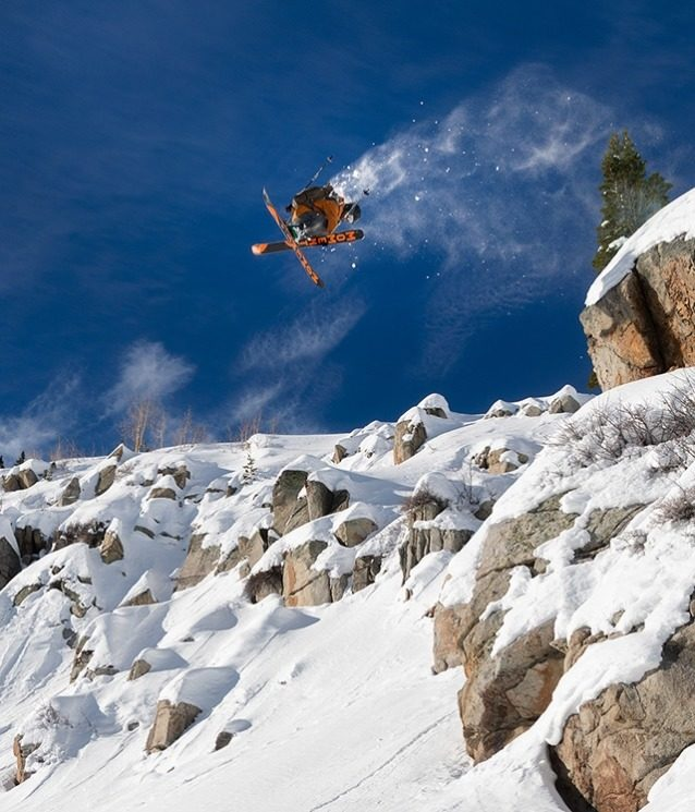 ユタのバックカントリーで360 度のエアリアルを決める、パタゴニアのスキー/マウンテンバイク・アンバサダーのカーストン・オリバー。 Photo: Mary McIntyre